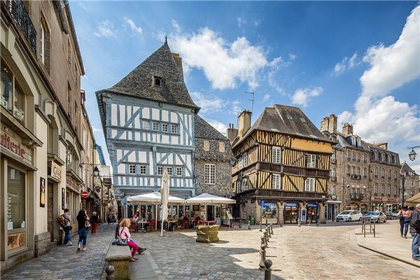 """Để diễn tả thành phố Dinan thuộc Brittany, Pháp trong một cụm từ thì chỉ có thể là """"đẹp như tranh vẽ"""". Nhìn thẳng ra sông Rance, nhấm nháp một chiếc bánh crepe ngon lành giữa thành lũy, ngôi nhà gỗ và những con đường cổ kính, du khách sẽ cảm thấy bình yên chưa từng thấy.(Ảnh: Internet)"""