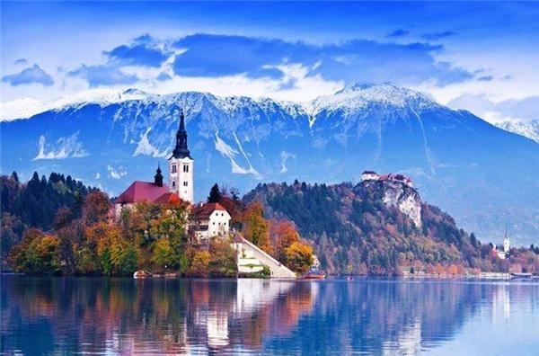 Thành phố Bled ở Slovenia được bao quanh bởi một hồ nước xanh ngọc bích. Thực chất, thành phố này rất nhỏ và nằm trên một hòn đảo biệt lập. (Ảnh: Internet)
