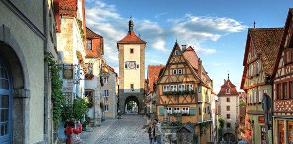 Thành phố Rothenburg ob der Tauber ở Đức vẫn còn nguyên những đường nét và giá trị từ thời trung cổ như cácô cửa sổ được trang trí bằng chiếc giỏ treo, khu vườn đầy màu sắc, kiến trúc tuyệt đẹp của nhà thờ.(Ảnh: Internet)