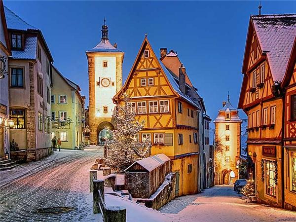 Rothenburg ob der Tauberchợt hóa không gian cổ tích vào một đêm đông.(Ảnh: Internet)