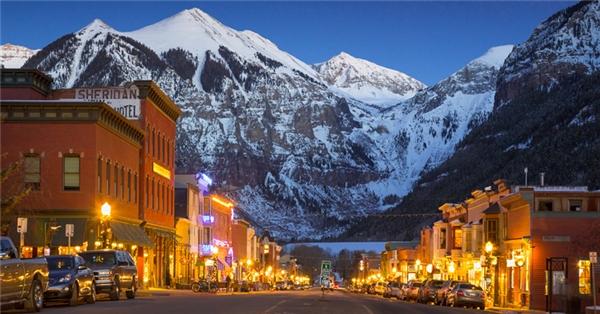 Thành phố Telluride ở Colorado vốn nổi tiếng với phong cảnh ngoạn mụccủa núi Rocky, là điểm trượt tuyết lí thú mỗi khi đông về.(Ảnh: Internet)