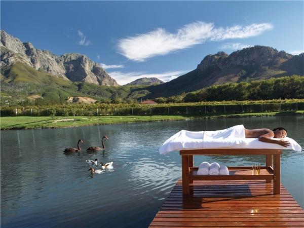 Không chỉ nổi tiếng với đặc sản rượu vang, thành phố Franschhoek, Nam Phi còn thu hút khách du lịch bởi phong cảnh hữu tình và những nhà hàng đẳng cấp thế giới.(Ảnh: Internet)