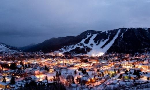 Đến với phố núi Jackson ở Wyoming, nếu vào mùa đông, du khách sẽ trượt tuyết thỏa thích và tận hưởng không khíđúng chất với bốn bề tuyết phủ, còn vào mùa hè, những khu cắm trại, lễ hội âm nhạc sẽ không làm bạn thất vọng.(Ảnh: Internet)