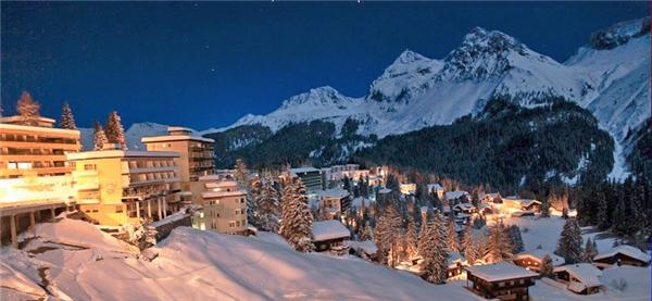 Làng Thụy Sĩ Arosa nằm quay lưng với các ngọn núi Weisshorn, Hörnli và Schiesshorn. Vào mùa đông, du khách thườngđổ về đây để trượt tuyết trên địa hình dốc đầy mạo hiểm. Khi hè về, người người rủ nhau đi bộ và đạp xe đổ đường đèo và ngắm cảnh.(Ảnh: Internet)