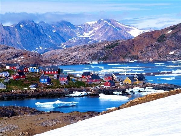"""Thành phố Ittoqqortoormiit ở Greenland tuy khá xa xôi nhưng hoàn toàn xứng đáng""""liều"""" một lần, bởi không nơi đâu thích hợp hơn đểdu lịch thám hiểm và tận mắt chiêm ngưỡng những loài động vật hoang dã.(Ảnh: Internet)"""