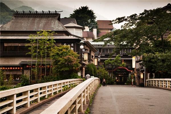 Nằm trong khuôn viên của Công viên Quốc gia Fuji-Hakone-Izu, Nhật Bản, thị trấn Hakone là nơi người Nhật và khách du lịch tìm đến để ngắm núi Phú Sĩ trứ danh.(Ảnh: Internet)
