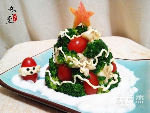Salad rau củ trộn hình cây thông. (Nguồn Internet)