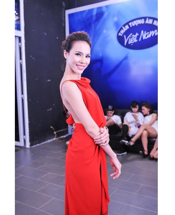 Phạm Hương lại một lần nữa mang đến vẻ ngoài khác biệt khi cùng diện một mẫu thiết kế màu đỏ tương tự của Lệ Quyên.