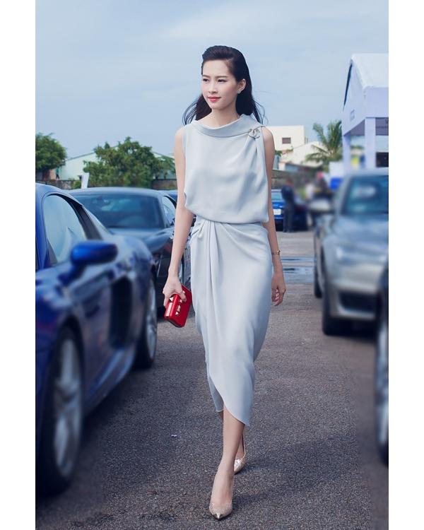 Phom váy này cũng từng được Dương Cẩm Lynh và hoa hậu Đặng Thu Thảo diện nhưng với sắc xám đặc trưng của mùa thời trang Thu - Đông.