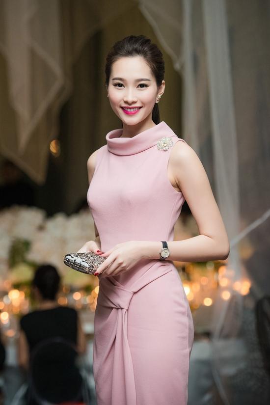 Cùng diện bộ váy lấy màu hồng ngọt ngào làm chủ đạo nhưng Đặng Thu Thảo gần như lấn át Triệu Thị Hà với vẻ ngoài thanh tao cùng tông trang điểm nhẹ nhàng, đồng điệu với trang phục. Điểm trừ của Triệu Thị Hà chính là phần tóc đã khiến cô nàng tự cộng tuổi cho mình.