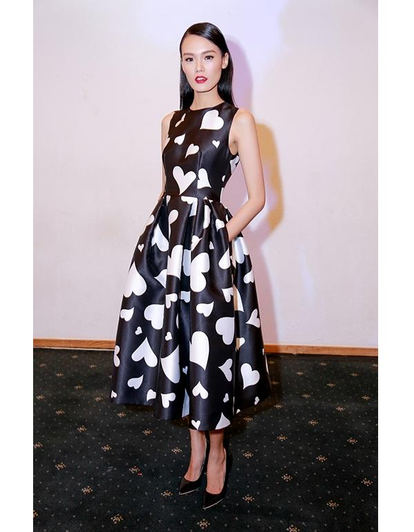 Linh Nga, Mỹ Linh, Lê Thanh Thảo cùng diện bộ váy nền đen tim trắng có phom cổ điển, thanh lịch.