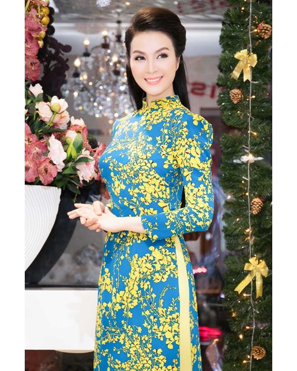 Phạm Hương diện lại áo dài trắng Lan Khuê từng mặc
