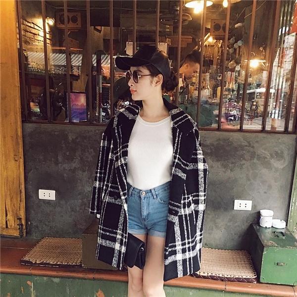 Mặc dù tiết trời Hà Nội đang trở lạnh nhưng Angela Phương Trinh lại khá táo bạo khi diện quần jeans ngắn cạp cao kết hợp áo phông trắng đơn giản. Bộ trang phục trở nên bắt mắt, thú vị hơn nhờ chiếc áo khoác phom rộng với những đường kẻ caro cỡ lớn hiện đại.