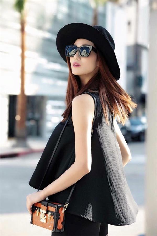 Những phụ kiện như: túi xách, ví cầm tay, kính mát hay mũ fedora luôn được Khánh My chọn phối hài hòa, tinh tế để tạo điểm nhấn cho tổng thể.