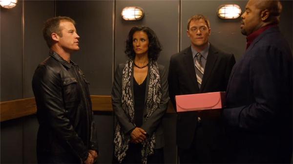 Dù quen biết nhau nhưng người ta vẫn giữ thái độ im lặng trong thang máy. (Ảnh: Internet)