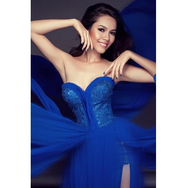 Năm 2012, Hoàng My gây ấn tượng với vẻ ngoài hiện đại, tươi mới khi diện bộ váy màu xanh cobant trong đêm chung kết Miss World 2012 tại Trung Quốc.
