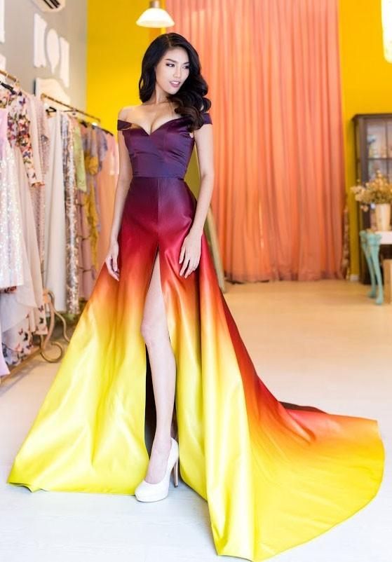 Vừa qua, bộ váy loang màu lấy ý tưởng từ ngọn lửa của Lan Khuê cũng chính thức đưa cô góp mặt vào top 10 chung cuộc trang phục thiết kế đẹp nhất. Nhưng đây không phải là trang phục dạ hội chính thức của Lan Khuê.