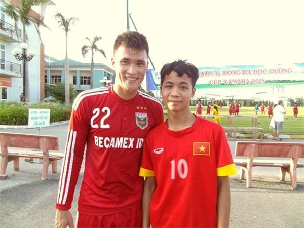 Bùi Thanh Bình chụp ảnh cùng vớituyển thủ Duy Mạnh. (Ảnh: Internet)   Và chụp ảnh cùng tuyển thủ nổi tiếng Lê Công Vinh. (Ảnh: Internet)