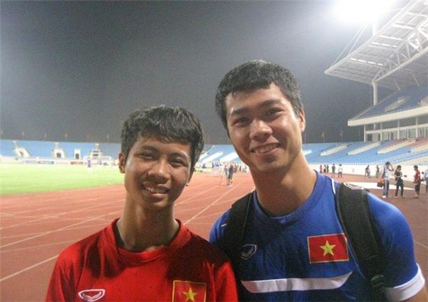Bùi Thanh Bình (bên phải) và cầu thủ Công Phượng. (Ảnh: Internet)