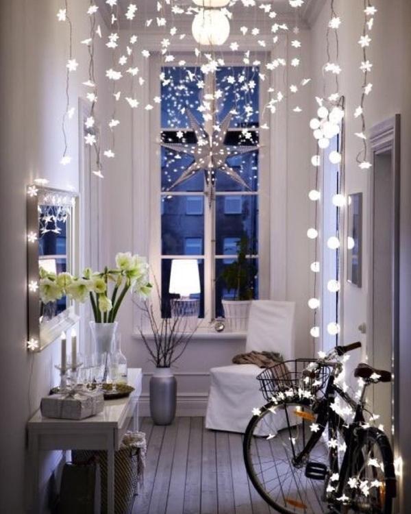 1. Đèn nháy thả từ trần hay bao quanh các viền cửa sẽ là ý tưởng hoàn hảo để trang trí Noel cho những ngôi nhà không gian nhỏ.