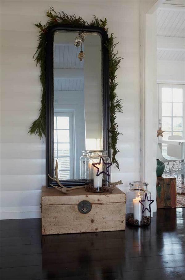 7. Một vòng hoa bằng lá thông xung quanh chiếc gương nhà bạn cũng sẽ là ý tưởng tuyệt vời, bổ sung thêm đèn nháy thì càng tuyệt.