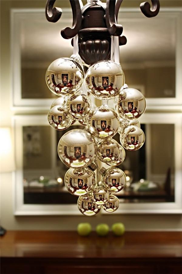 9. Những quả bóng được mạ màu vàng kim loại treo trên đèn chùm cũng sẽ giúp sáng bừng không gian nhỏ.   10. Còn nếu bạn vẫn chưa có đèn chùm, bạn có thể tự chế ra chiếc đèn chùm bằng cách treo những món đồ trang trí thả từ trần nhà xuống, những sắc màu lấp lánh của những đồ vật trang trí công thêm hiệu ứng từ những cây nến sẽ tạo nên một không gian huyền ảo như là bạn đang sở hữu một chiếc đèn chùm thực thụ vậy.