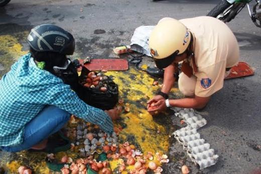 Khoảng 8g30 ngày 20/7, một người phụ nữ tên Mai vận chuyển hàng chục vỉ trứng gà, trứng vịt bằng xe gắn máy lưu thông trên đường Bắc Hải nối dài (phường 14, quận 10, TP.HCM) thì tự té ngã khiến trứng đổ tung tóe dưới đường. Lúc này, tổ cảnh sát giao thông quận 10 đang tuần tra ngang qua đoạn đường đã lập tức dừng lại giúp đỡ chị Mai. Hình ảnh các chiến sĩ tích cực lượm các quả trứng còn sử dụng được bỏ vào vỉ và khuân vào vỉa hè giúp người dân đã khiến cộng đồng mạng cảm phục và ngưỡng mộ. (Ảnh: Internet)