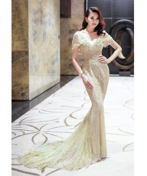 Thanh Hằng sang trọng, quyến rũ với dáng váy đuôi cá ôm sát trên nền vải dệt kim trong một đêm tiệc vừa qua. Trái với vẻ hiện đại thường thấy, bộ váy lại giúp chân dài 1m12 trông nữ tính, điệu đà hơn.