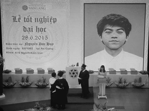 Trong lễ tốt nghiệp của Đại học Văn Lang (TPHCM) ngày 28/6, không ít người đã rơi nước mắt khi tên của kiến trúc sư Nguyễn Đức Huy (23 tuổi, quê An Giang, sinh viên K16) được xướng lên cùng lúc với tấm di ảnh của nam sinh xuất hiện trên màn hình lớn. Người lên nhận bằng là cha của Huy.Cậu sinh viên này qua đời sau cơn đột quỵ ít ngày trước thời gian bảo vệ đồ án tốt nghiệp. Hình ảnh này từng khiến triệu trái tim phải thắt lại.(Ảnh: Internet)