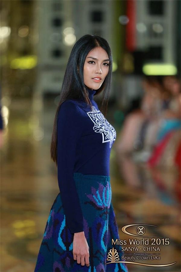 """Theo đó, trong phần thi Top Model, các thí sinh đều được trang điểm, làm tóc giống nhau và trình diễn những thiết kế mới cho một thương hiệu thời trang nổi tiếng tại Trung Quốc. Các cô gái còn lại đều có những ảnh chụp toàn thân và dáng đi catwalk rõ ràng trong khi đó Lan Khuê lại có hai bức ảnh bị dồn vào """"góc chết"""". - Tin sao Viet - Tin tuc sao Viet - Scandal sao Viet - Tin tuc cua Sao - Tin cua Sao"""
