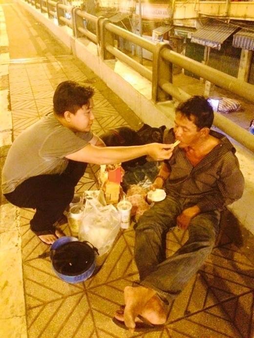 Những bức ảnh người đàn ông chia sẻ thức ăn, thậm chí đút cho một người sống lang thang kèm theo đôi dòng trạng thái đã gây xôn xao cộng đồng mạng một thời gian dài, khiến người đọc phải suy ngẫm về bản thân, cám ơn về tấm lòng và hành động đẹp ấy. (Ảnh: Internet)