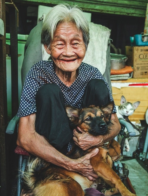 Hình ảnh bà Nguyễn Thị Tám làm nghề buôn bán rau trên đường Nguyễn Huy Tự (Q.1, TP.HCM) có niềm đam mê và thích nuôi chó mèo đã gây sốc trong năm 2015. (Ảnh: Internet)