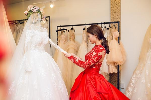 Diễm Trang lựa chọn những mẫu váy cưới. - Tin sao Viet - Tin tuc sao Viet - Scandal sao Viet - Tin tuc cua Sao - Tin cua Sao