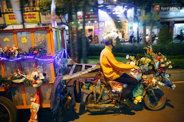 """Hình ảnh chiếc xe rác của anh Trần Mạnh Tuấn chạy bon bon trên đường phố Sài Gòn với nhạc, đèn, hoa và dây kim tuyến đã gây ấn tượng mạnh trongcộng đồng mạngnhững ngày vừa qua. Khác với nhiều người đón Giáng sinh bằng cây thông Noel, anh Tuấn đã tự trang trí cho chiếc xe rác """"dã chiến"""" của mìnhđể hòa vào không khí vui tươi của lễ hội này. (Ảnh: Tri thức trẻ)"""