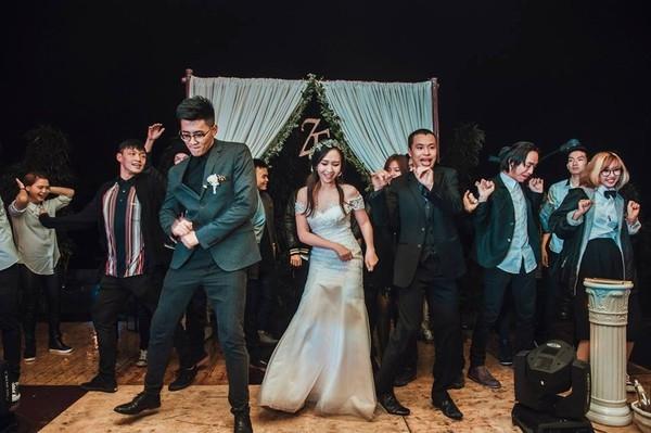 Đám cưới của cặp đôi còn là nơi để bạn bè có thể vui chơi. (Ảnh: Internet)