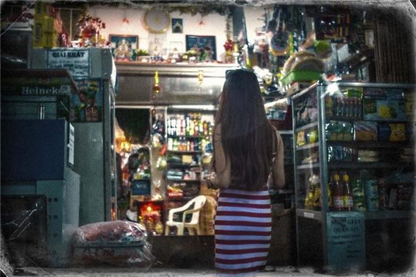 Nếu cô gái đứng nơi góc tiệm tạp hóa nhỏmang cho bạn sự bình dị...(Ảnh: Internet)