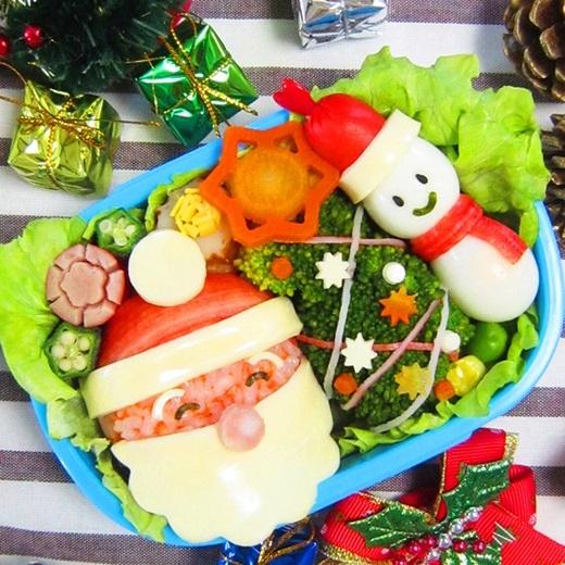 Không cần phải bước ra đường, không cần phải nghe nhạc Noel, chỉ cần những hộp cơm siêu dễ thương với cả tấm lòng của bạn khi bắt tay vào làm đã đủ để người ấy cảm nhận một không khí ấm cúng, vui vẻ mùa Giáng sinhrồi. (Ảnh:Internet)