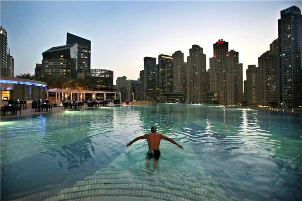 Khu căn hộ xa hoa ở quận Marina với hồ bơi vô cực và dịch vụ hạng sang.