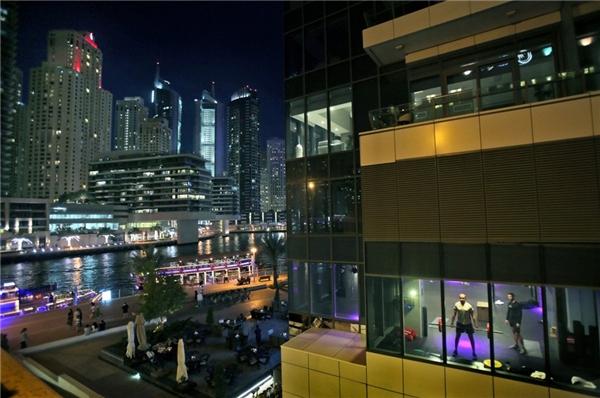 Một phòng tập gym ở Dubai cũng có hướng ngắm thành phố thật đẹp.
