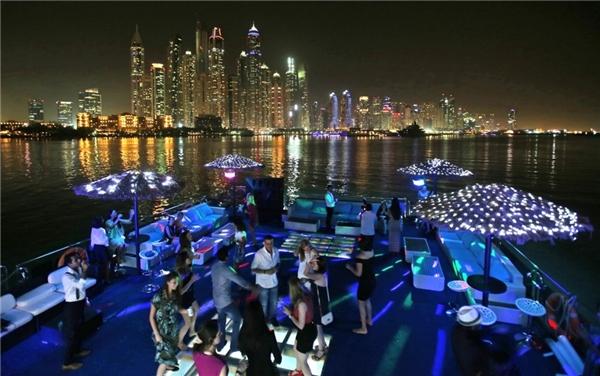 """""""Dintertainment"""" là một trào lưu mới ở Dubai. Những nhà hàng ngoài phục vụ đồ ăn còn có các chương trình giải trí: tạp kỹ, karaoke."""