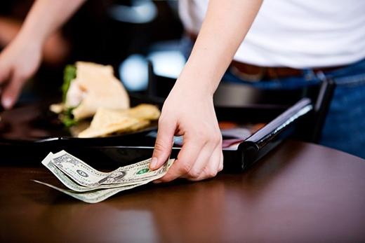 Không trả tiền tip ở nhà hàng tại Nhật Bản: Không thêm tiền tip cho phục vụ sẽ khiến bạn nhận những ánh mắt khó chịu khi ở Mỹ. Tuy nhiên, ở Nhật Bản, việc trả thêm tiền bị coi là bất lịch sự vì phí dịch vụ đã có trong hóa đơn. Ảnh: Lifehacker.