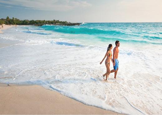 Tắm nắng ngực trần ở Áo: Nếu một phụ nữ để ngực trần trên bãi biển bình thường ở hầu hết mọi nơi, cô sẽ gặp rắc rối. Ngược lại, khi tới Áo, các nữ du khách có thể thoải mái cởi áo trên bãi biển mà không lo ngại bất cứ điều gì. Ảnh: Vacationstmaarten.