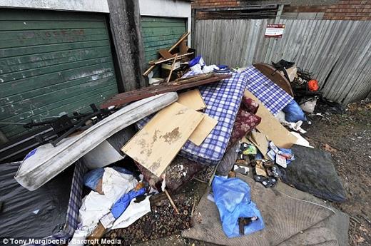 Tuy nhiên rác thải lại ngập tràn trênnhững con đường xung quanh.(Nguồn: Daily Mail)