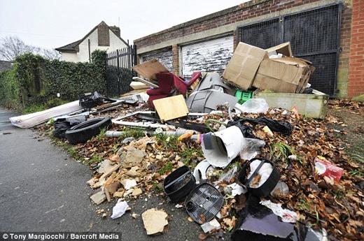 Không có ai đứng ra dọn dẹp những con phố ngập rác như thế này. (Nguồn: Daily Mail)