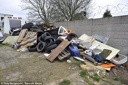 Thùng gỗ và lốpxe nằm chất đống trên đường Dallow. (Nguồn: Daily Mail)