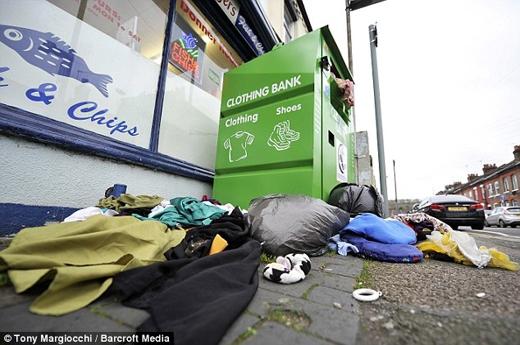 Quần áo cũ làm từ thiện vứt bừa bãi xuống đường Clifton. (Nguồn: Daily Mail)
