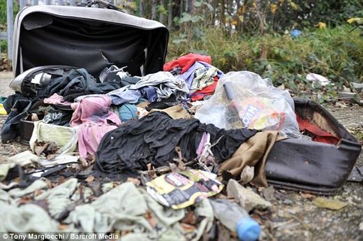 Quần áo cũ vứt lung tung khắp mọi nơi. (Nguồn: Daily Mail)