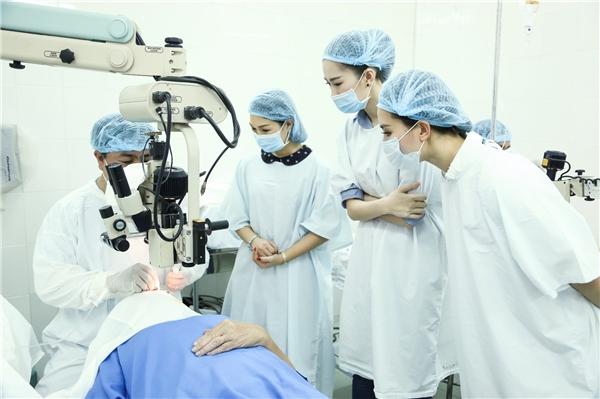 Cô trực tiếp theo dõi quá trình làm việc của các y bác sĩ. - Tin sao Viet - Tin tuc sao Viet - Scandal sao Viet - Tin tuc cua Sao - Tin cua Sao