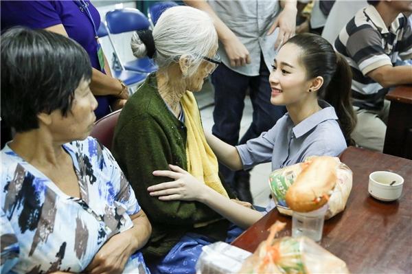 Đặng Thu Thảo phát quà, thăm hỏicác bệnh nhân. - Tin sao Viet - Tin tuc sao Viet - Scandal sao Viet - Tin tuc cua Sao - Tin cua Sao