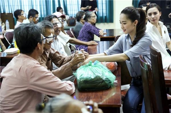 Đặng Thu Thảo ân cần hỏi han, chăm sóc bệnh nhân lớn tuổi. Được biết, đây là chương trình phẫu thuật mắt miễn phí và tặng quà cho 250 bệnh nhân nghèo mắc bệnh đục thủy tinh thể đến từ các tỉnh lân cận được thực hiện tại TP.HCM. - Tin sao Viet - Tin tuc sao Viet - Scandal sao Viet - Tin tuc cua Sao - Tin cua Sao